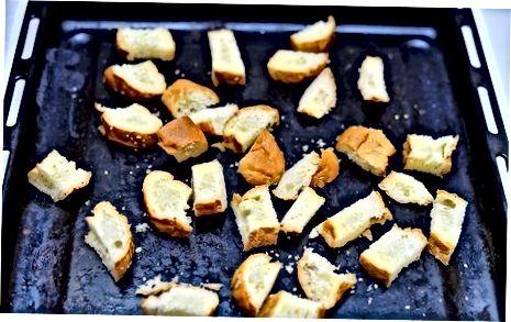 De Bun Crouton en Bacon Toppings voorbereiden
