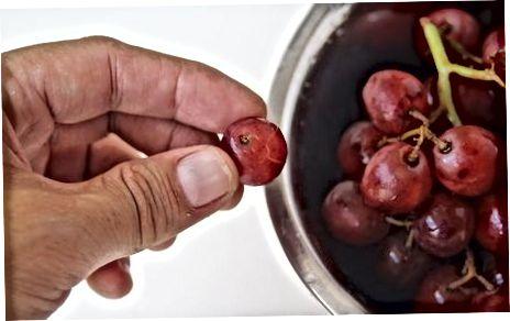 पानी के साथ अपने अंगूर की सफाई