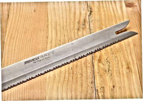 Eine kleine Menge mit einem Messer würfeln