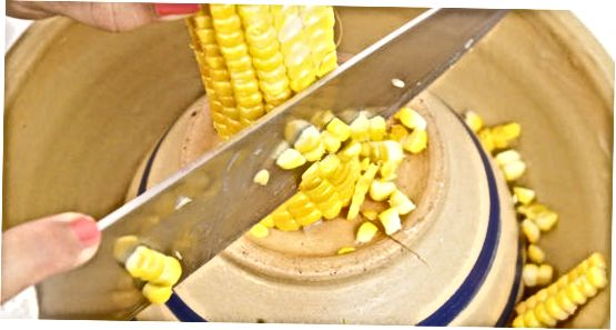 Frischen Mais reinigen und trocknen
