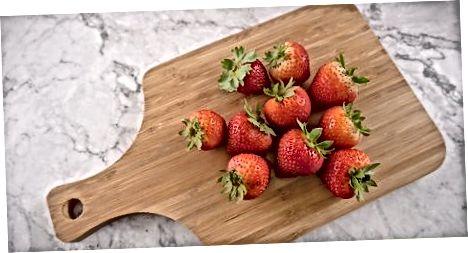 Rengjøring av jordbærene