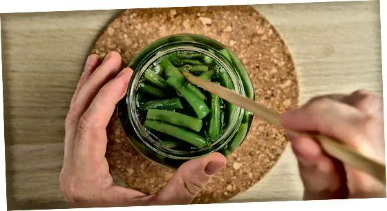 Наповнення банок зеленою квасолею