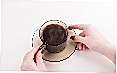 מבשלת את הקפה