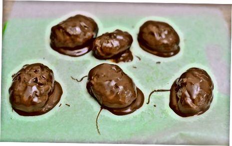 चॉकलेटमध्ये रूपांतरित होत आहे