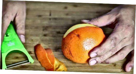 Utilitzant un pelador de verdures o un ganivet