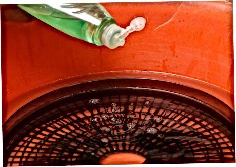 Використовуючи миючий засіб