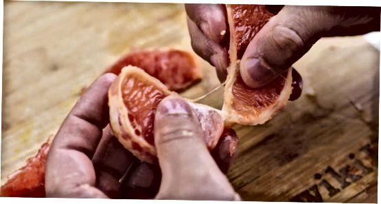 Greipfruto lupimas rankomis