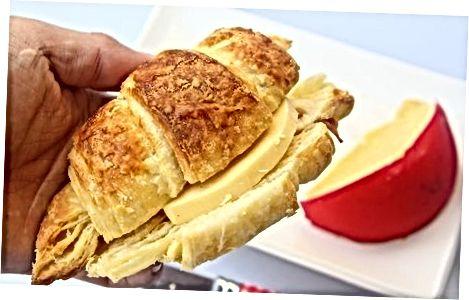 Ngrohja e një Croissant në furrë