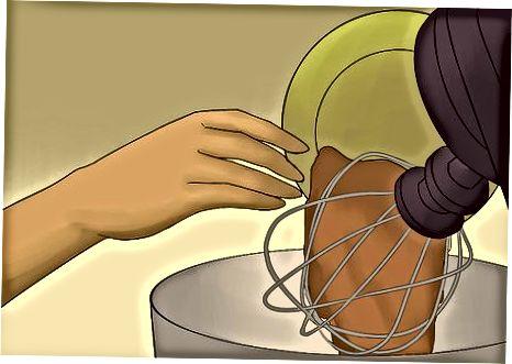 Het maken van Easy Chocolate Macaroon Bundt Cake
