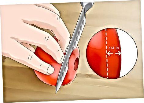 Eine Tomate in Scheiben schneiden