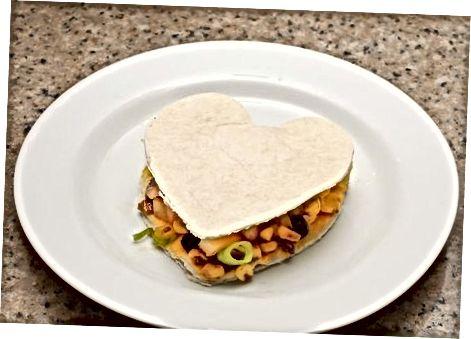 Cozinhar Quesadillas em forma de coração vegano