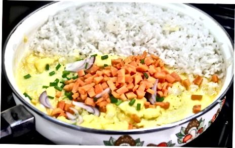 Jäljellä oleva helppo paistettu riisi jääkaapista