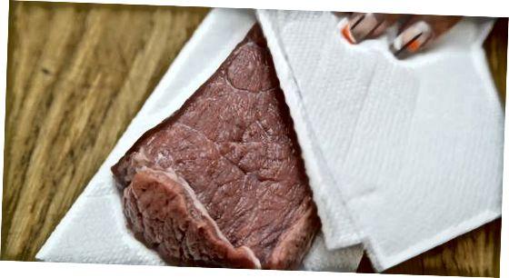 Das Steak würzen
