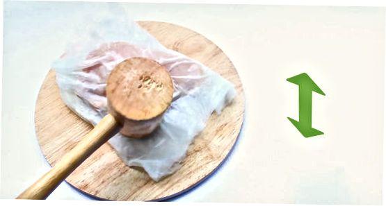 Usando una herramienta de ablandador de carne