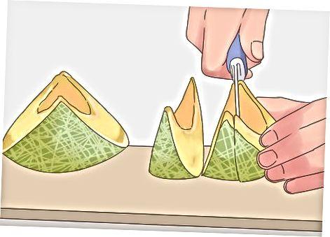 Die Melone in Keile schneiden