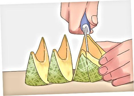 Die Melone in Stücke schneiden
