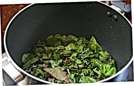 Зелена буряк з соусом