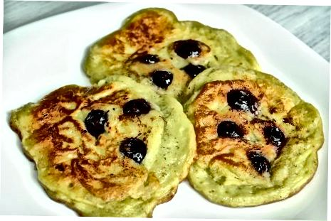 Blueberry Avokado kreplarini qamchilash