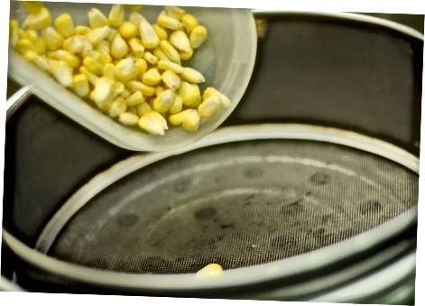 Dämpfende Maiskörner