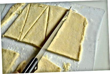 De croissants vormen en de chocolade toevoegen