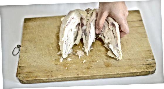 Eine gekochte Hühnerbrust entbeinen