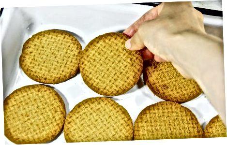 হোয়াইট চকোলেট এবং রঙিন বারগুলি তৈরি করা হচ্ছে