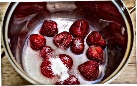 制作草莓奶油糖霜