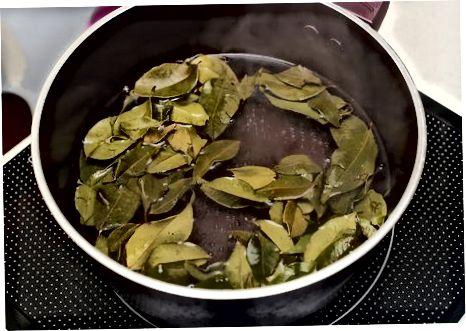 Fazendo chá gelado tailandês de servir único