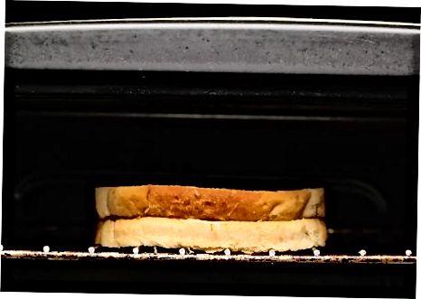 Panjara qilingan qulupnay pishloqli sendvich