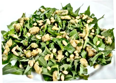 Iliq karahindiba salatasini birga tashlash