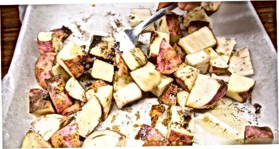Rôtir des morceaux de patate douce