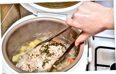การทำอาหารเต้านมตุรกีที่ไม่มีกระดูกในหม้อหุงช้า