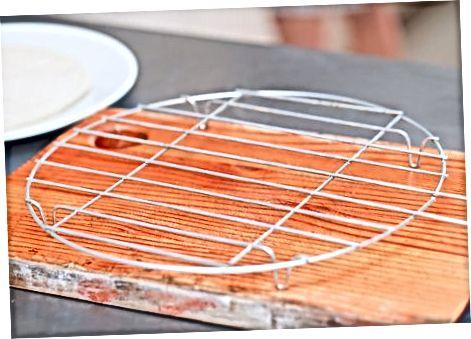 Einen Kuchen auf einem Kühlregal kühlen