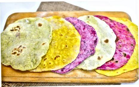 Kurkuma toevoegen voor gele tortilla's