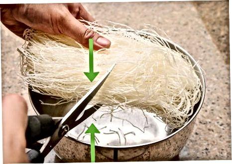 Noodles მოჭრა და გაჟღენთილია