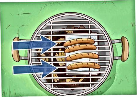 Пушење кобасица на роштиљу с угљеном