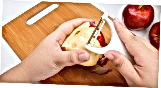 Äpfel schälen und entkernen