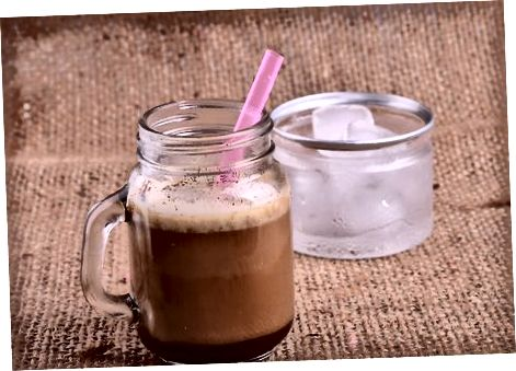 Vegan Mocha Frappuccino-ni aralashtirish