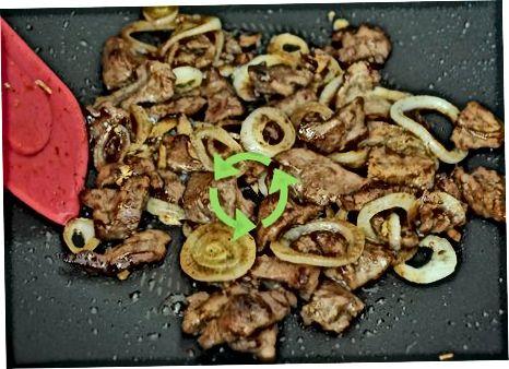 Mešamo goveje meso s čebulo