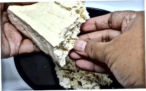 Tofu drücken und zerbröckeln