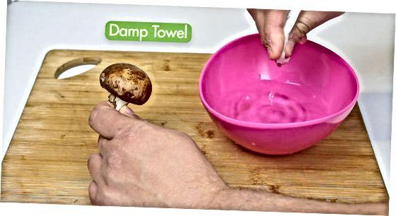 تمیز کردن قارچ Crimini قبل از پخت و پز