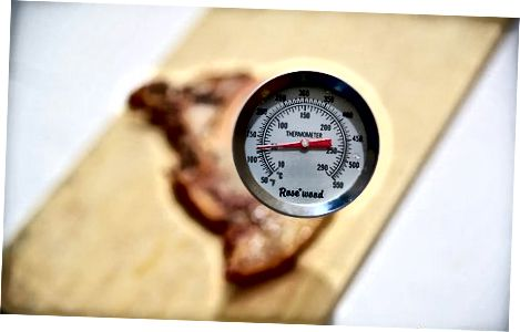 Comprovació de la temperatura amb un termòmetre de carn