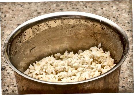 Fazendo pudim de arroz à moda antiga