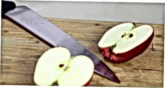 Reúna os ingredientes e prepare as maçãs
