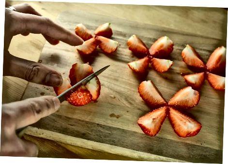 Sallatë frutash me salcë agrumesh-mjaltë