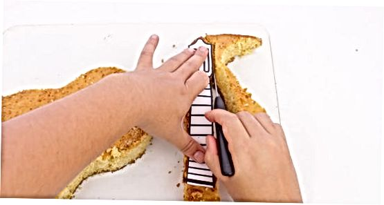 केक कापत आहे