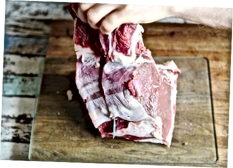 Gekochte Ribeye Steaks schneiden