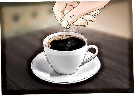Добавление соли, сливок и сахара в кофе