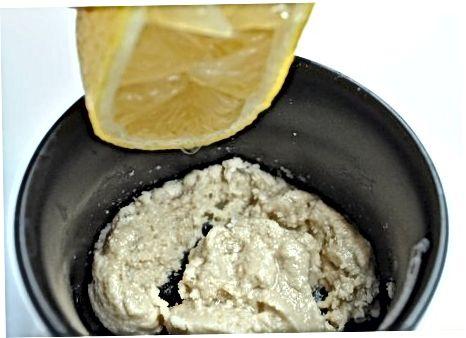 Erstellen von Spinat und geräuchertem Tofu Tahini Toast