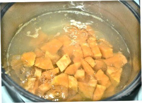 Braten von geräuchertem Tofu und Gemüse Hash